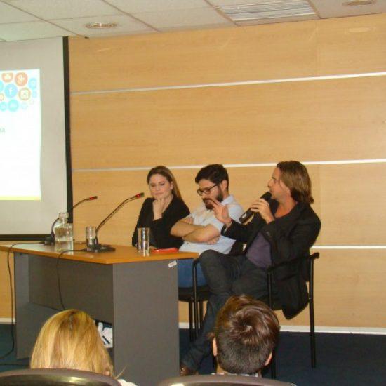 Móviles encendidos e interacción en foro sobre Redes Sociales que  repletó Auditorio del Campus Zenteno de Los Leones