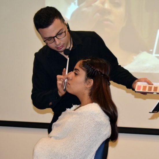 Carrera de Estética Integral realizó demostración práctica sobre uso de maquillaje para sus estudiantes